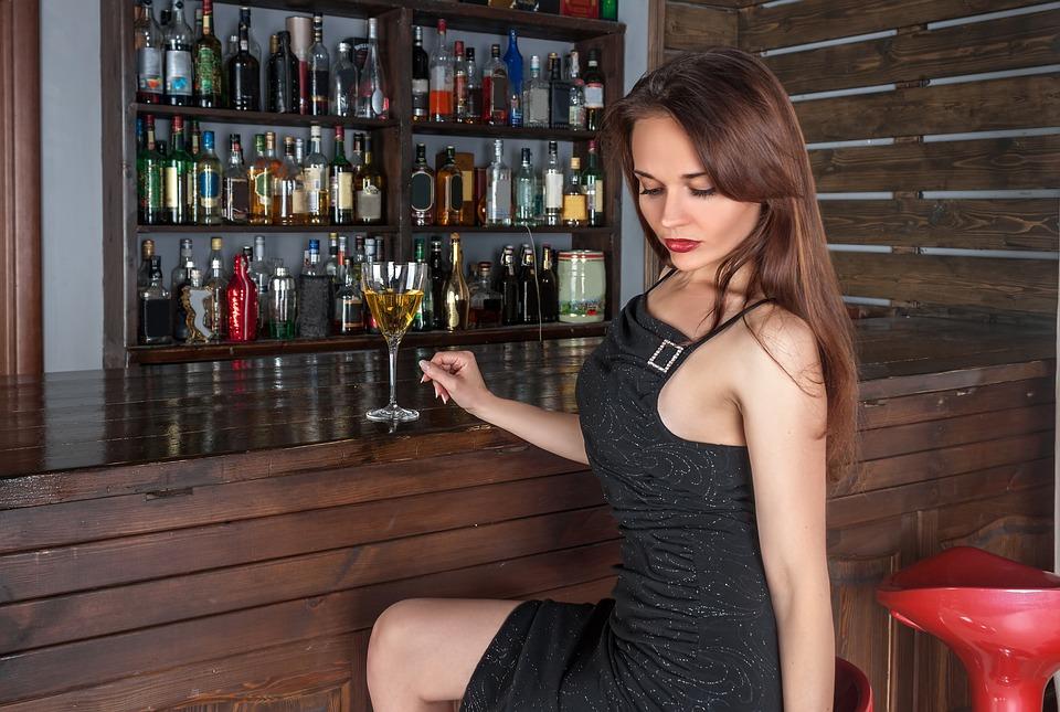žena v bare