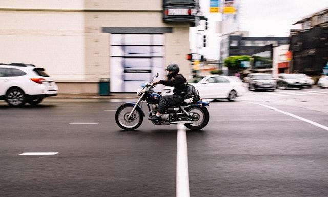 Jazdec na motorke, jazda cez mesto