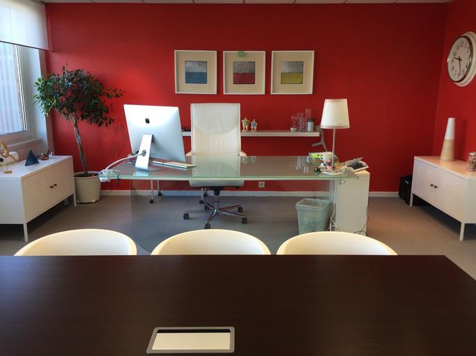 Moderný rodinný interiér, stôl, počítač Apple, nástenné hodinky, červená stena.jpg
